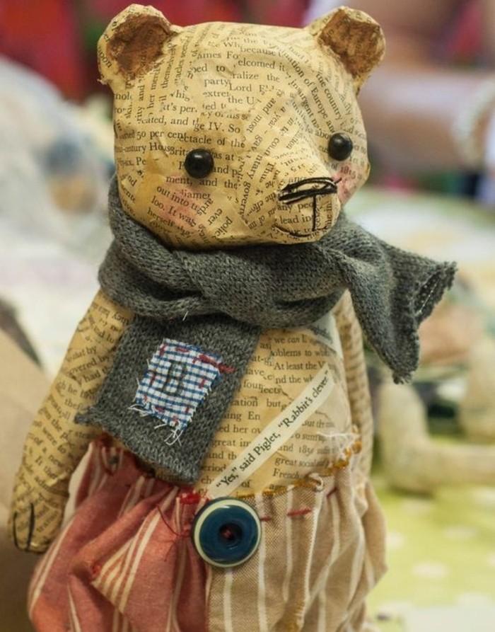 sculpture-papier-maché-petit-ourson-enveloppé-de-papier-journal-et-vétu-d-echarpe-et-de-pantalons-sculpture-jouet-resized