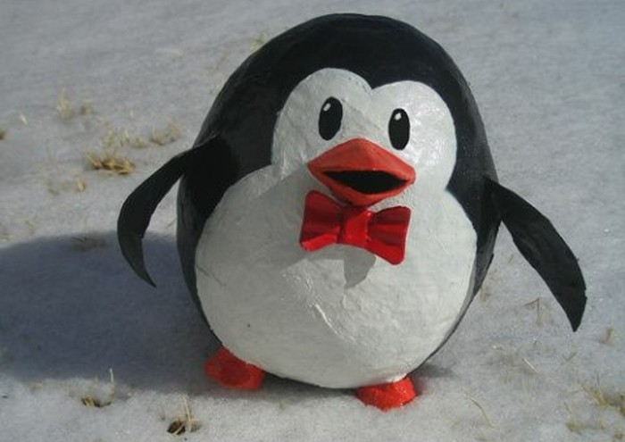 sculpture-papier-maché-petit-penguin-decoration-chambre-enfant-a-faire-soi-meme-resized