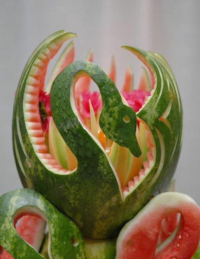 sculpture-pasteque-cygnes-en-melon-d'eau-jolies-sculptures