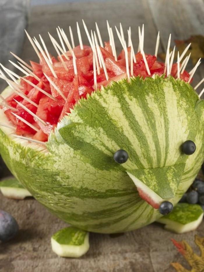 sculpture-pasteque-hérisson-sculpté-sur-fruits