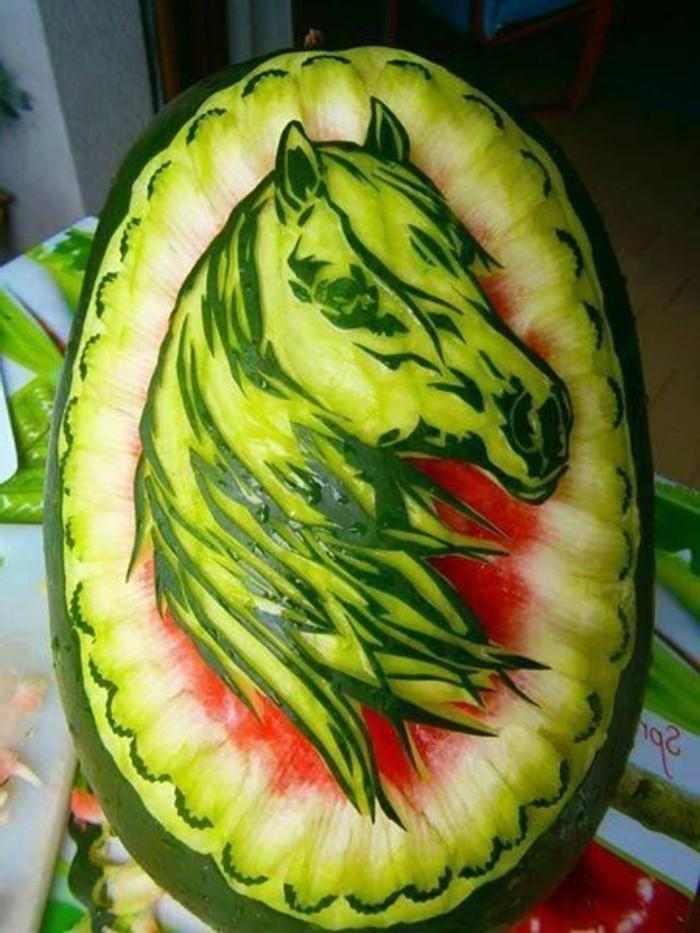 sculpture-pasteque-un-cheval-en-melon-d'eau-art-sophistiqué