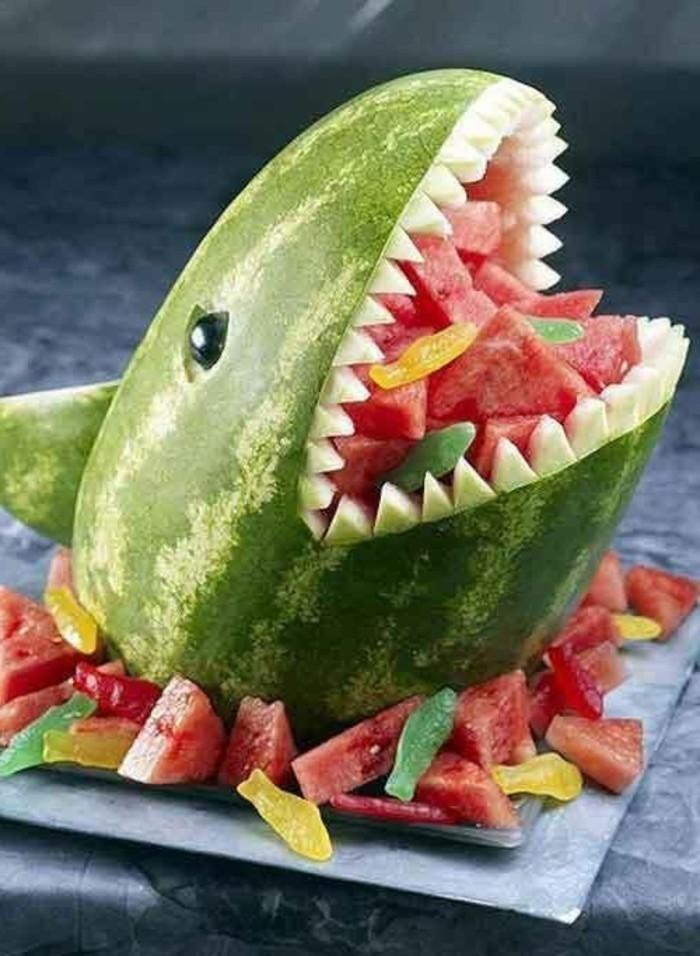 sculpture-pasteque-un-requin-fait-de-melon-d'eau