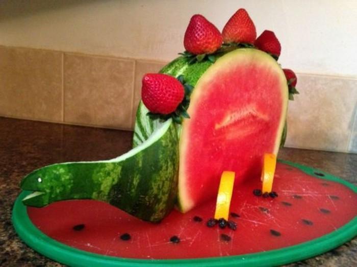 sculpture-sur-fruits-et-légumes-faire-un-dinozaure-en-melon-d'eau