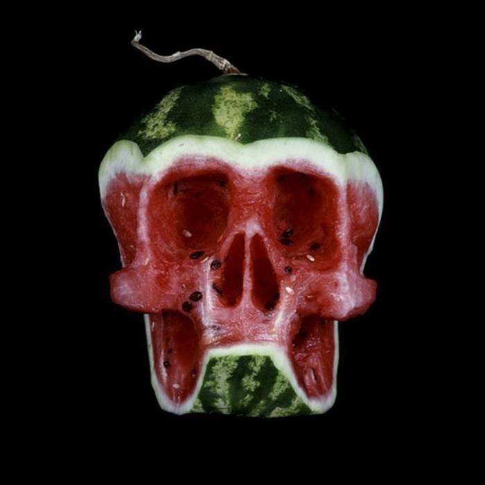 sculpture-sur-fruits-et-légumes-melon-d'eau-ciselé-en-forme-de-crane