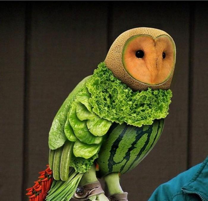 sculpture-sur-fruits-et-légumes-une-chouette-en-fruits-et-légumes