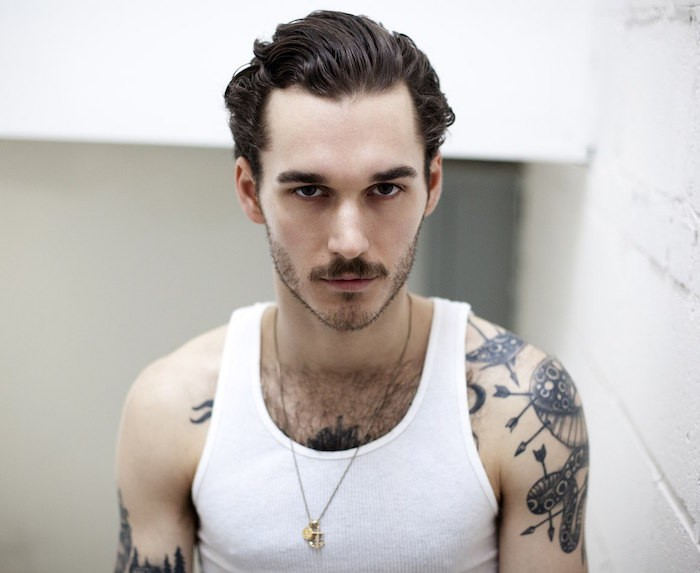 tailler moustache naturel barbe jeune coupe hipster tattoos