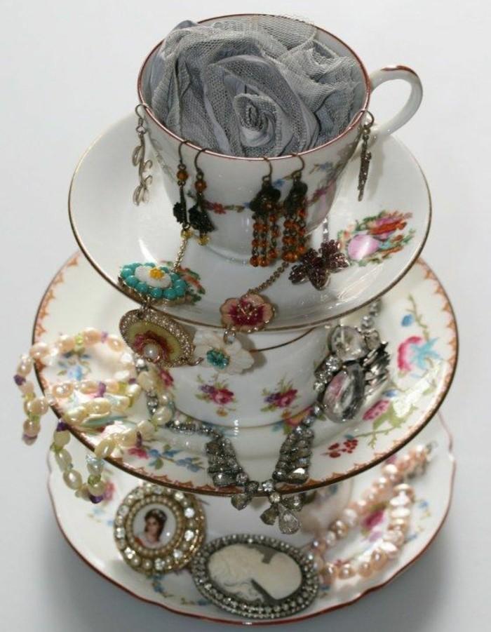 tasses-de-the-et-soucoupes-colles-l-un-a-l-autre-un-presentoire-bijoux-a-faire-soi-meme
