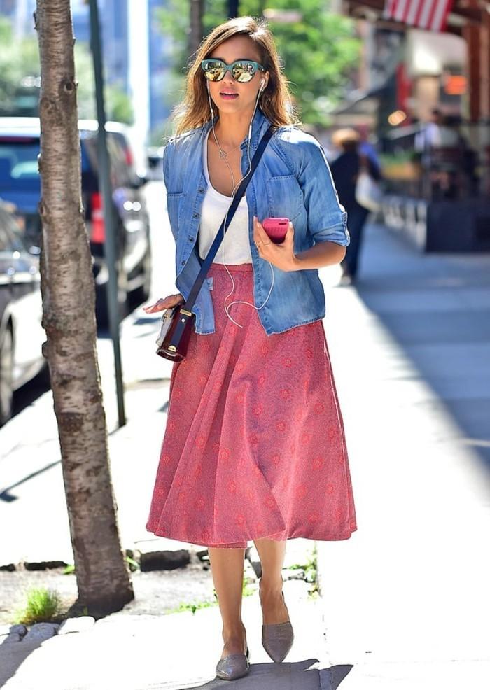 tenue-avec-chemise-en-jean-combiner-avec-une-jupe-rose