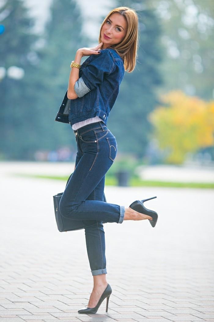 tenue-avec-chemise-en-jean-elegance-et-finesse-sourire-coquet