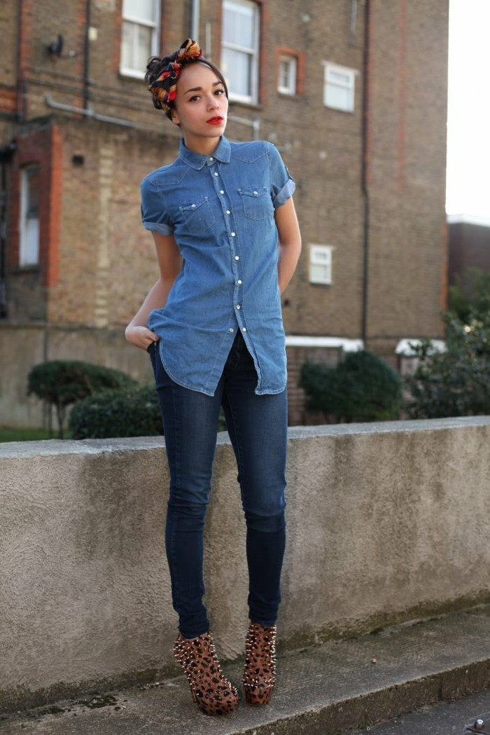 tenue-avec-chemise-en-jean-foulard-dans-les-cheveux-chaussures-extravagantes