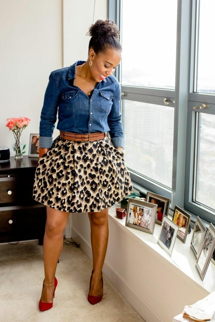 tenue-avec-chemise-en-jean-jupe-en-motifs-tigre-chaussures-a-talons-rouge