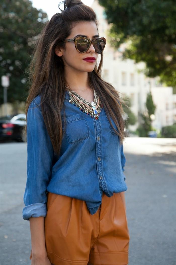 tenue-avec-chemise-en-jean-sac-lunettes-de-soleil-marron-levres-rouges