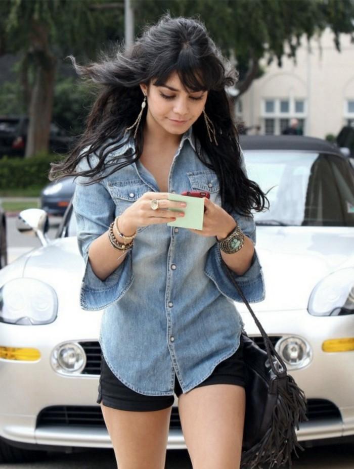 tenue-avec-chemise-en-jean-shorts-noirs-accessoires-cheveux-noirs