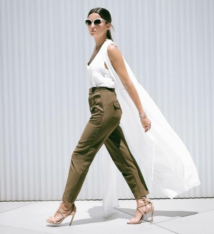 tenue-avec-pantalon-kaki-élégance-finesse-veste-sans-manches-blanche-en-soie