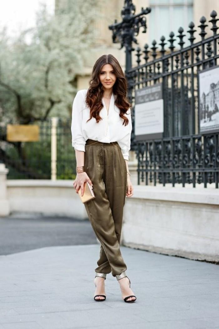 tenue-avec-pantalon-kaki-chemise-blanche-avec-une-coiffure-bouclée