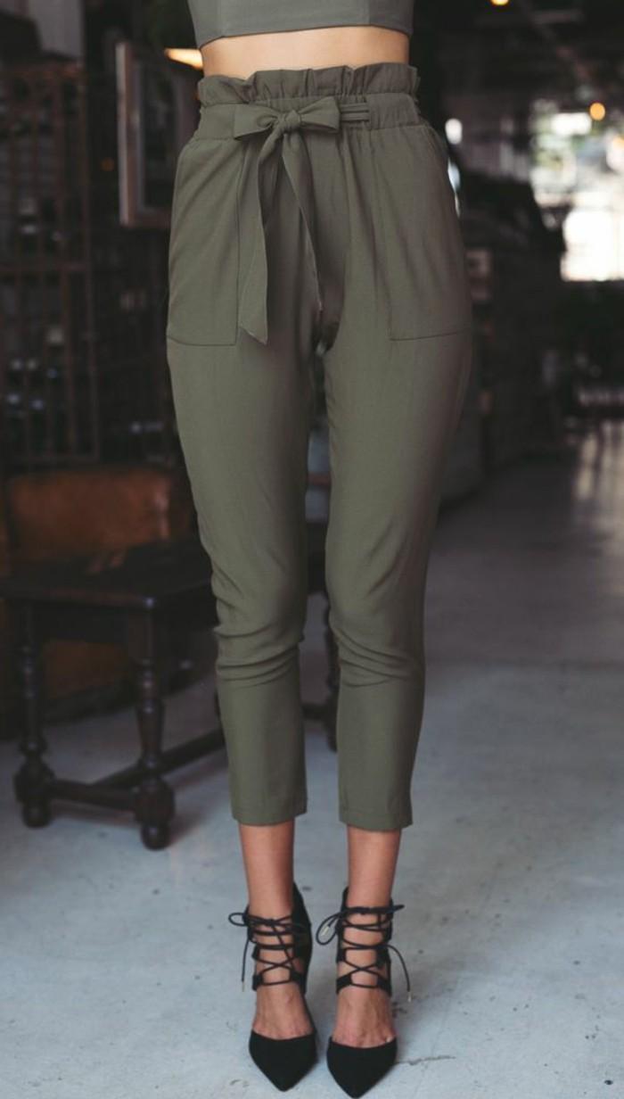 tenue-avec-pantalon-kaki-modèle-originale-a-haute-taille-avec-des-chaussures-noires