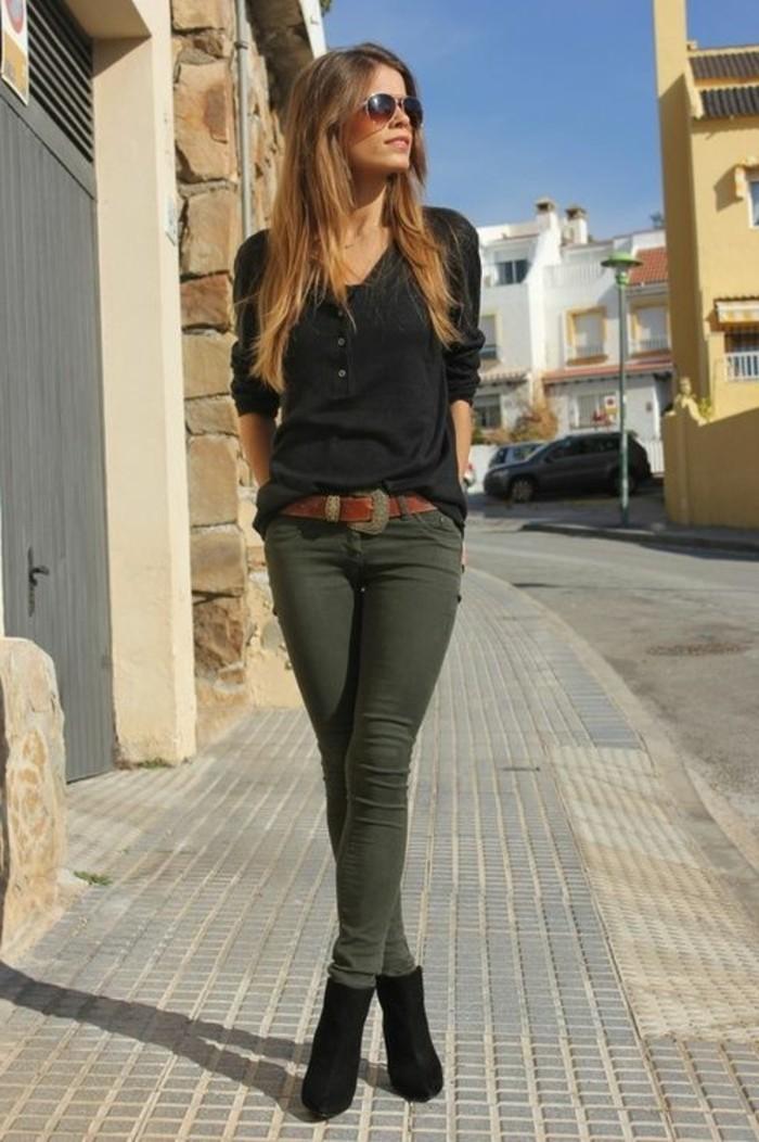 tenue-avec-pantalon-kaki-vision-chic-avec-une-blouse-noire-et-ceinture-marron