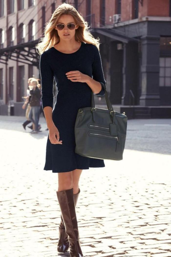 tenue-commerciale-femme-robe-casual-en-bleu-foncé-bottes-marron