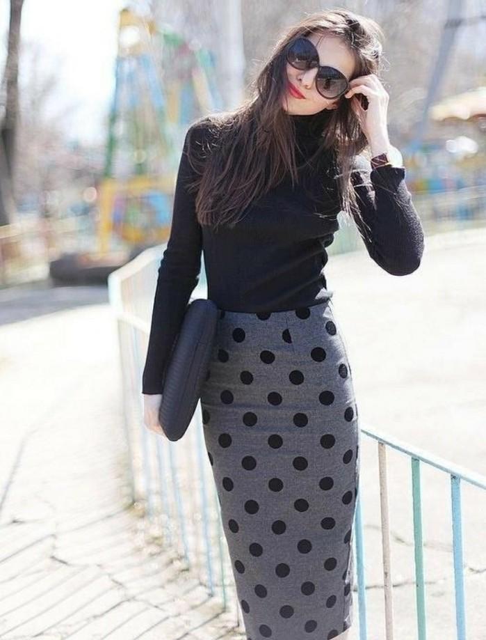 tenue-commerciale-femme-vision-casual-élégante-en-noir-et-gris-lunettes-de-soleil
