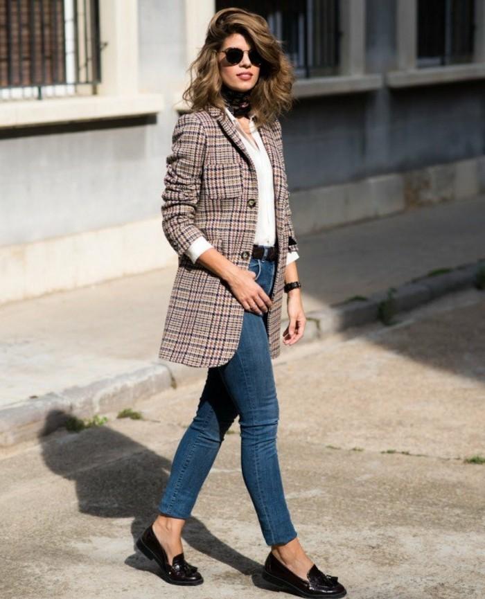 tenue-commerciale-femme-vision-casual-avec-une-paire-de-jeans-et-veste-carré