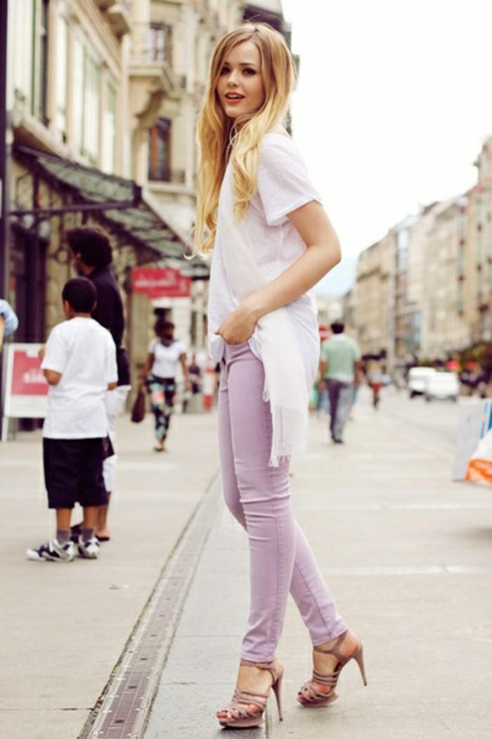 tenue-commerciale-femme-vision-casual-en-couleurs-pastel-rose-avec-des-sandales-beige