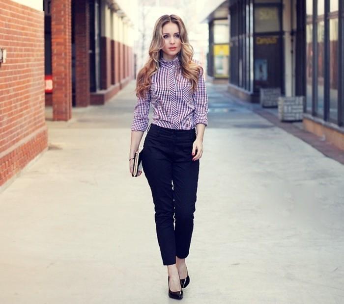 tenue-travail-avec-un-pantalon-noir-et-chemise-multicolore-cheveux-bouclés