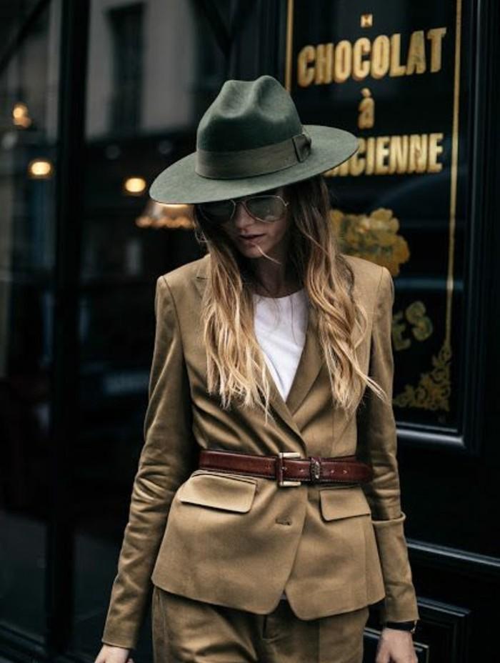tenue-travail-en-couleur-kaki-costume-avec-ceinture-marron-chapeau-kaki
