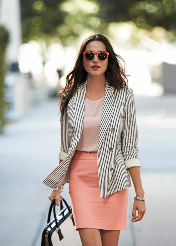 tenue-travail-en-couleur-pastel-vision-féminine-et-naturelle-veste-rayée