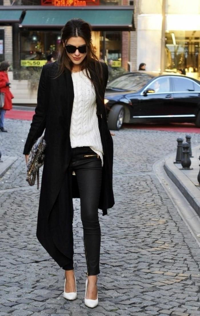 tenue-travail-style-féminin-avec-un-pantalon-en-cuir-noir-et-manteau-long
