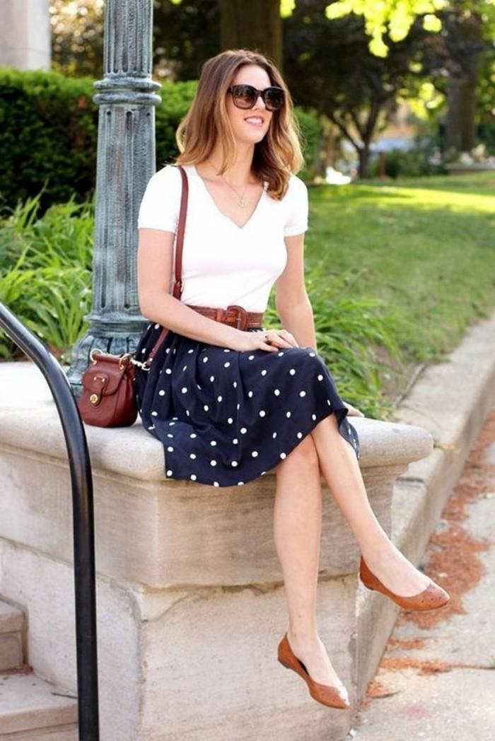 tenue-travail-vision-d'été-avec-une-jupe-bleu-foncé-et-accessoires-marron