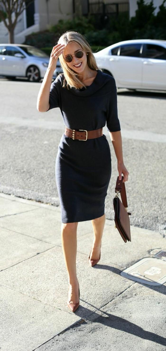 tenue-vestimentaire-au-travail-bonne-humeur-élégance-ceinture-marron-et-sac-à-main
