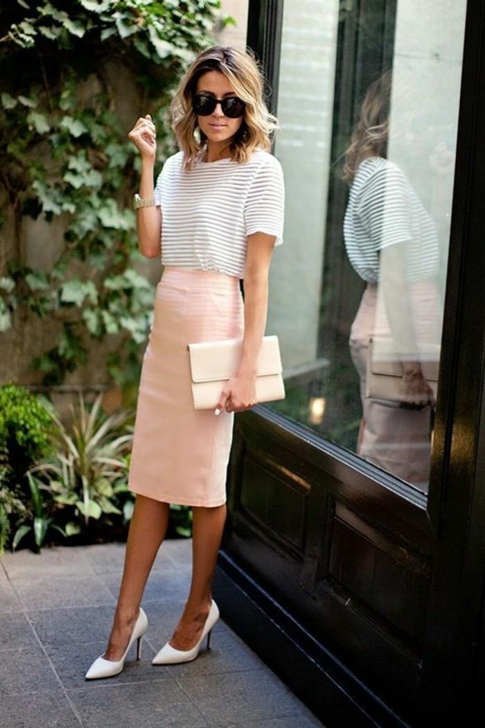 tenue-vestimentaire-au-travail-femme-en-vision-couleurs-pastel-robe-rose-sac-a-main-beige