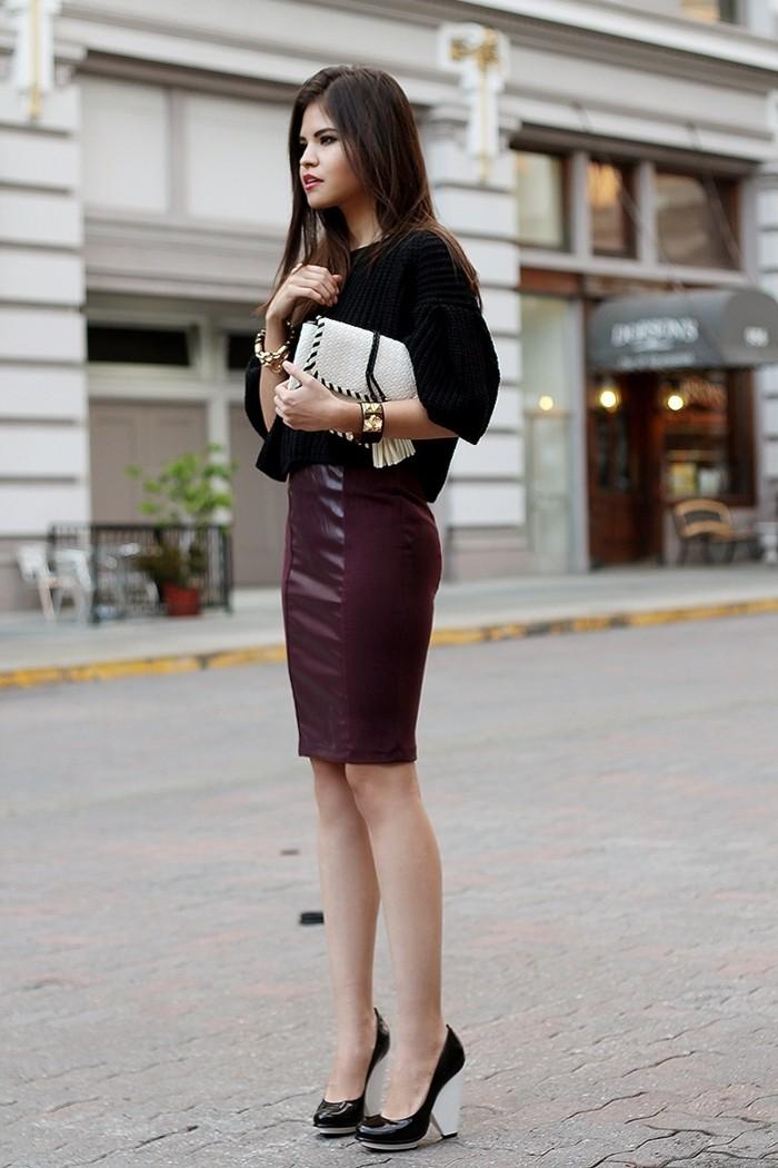 tenue-vestimentaire-au-travail-jupe-en-couleur-bordeaux-cuir-accessoires-en-perles-et-or