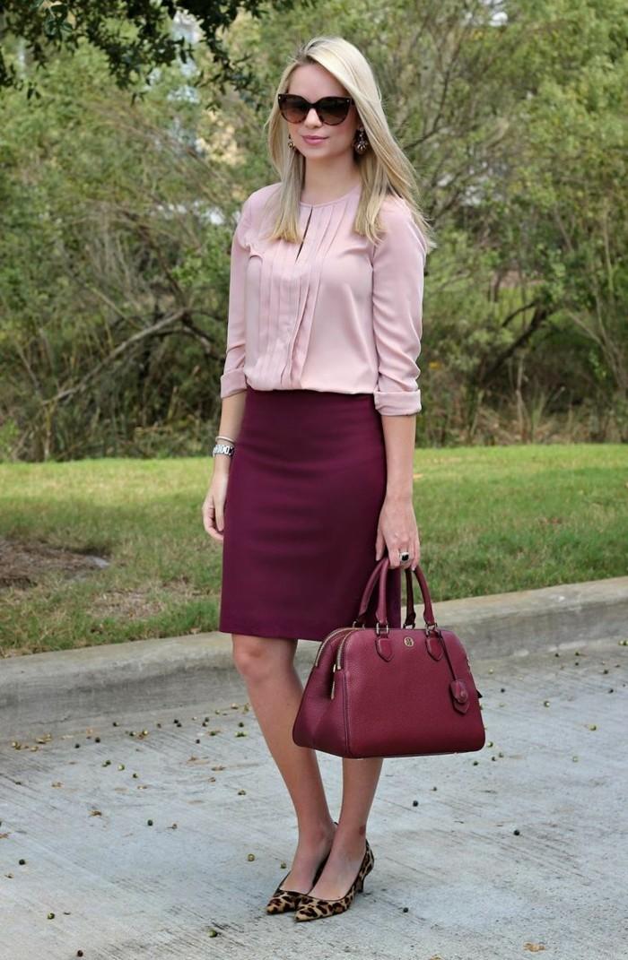 tenue-vestimentaire-au-travail-tenue-féminine-en-rose-chemise-et-jupe
