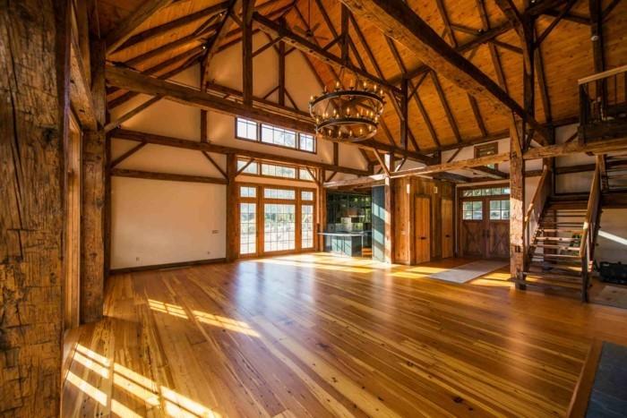 transformer-un-hangar-en-maison-interieur-unfurnished-espace-lumiere-naturelle-lustre