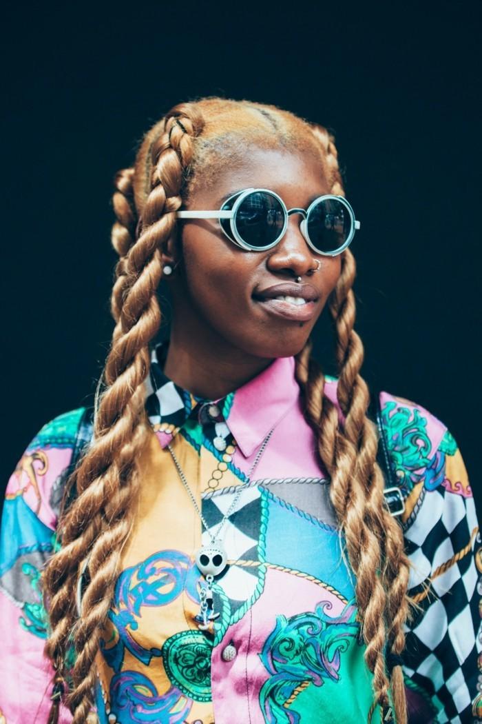 tresse-africaine-cheveux-cuivrés-lunettes-de-soleil-impressionnants-chemise-colorée