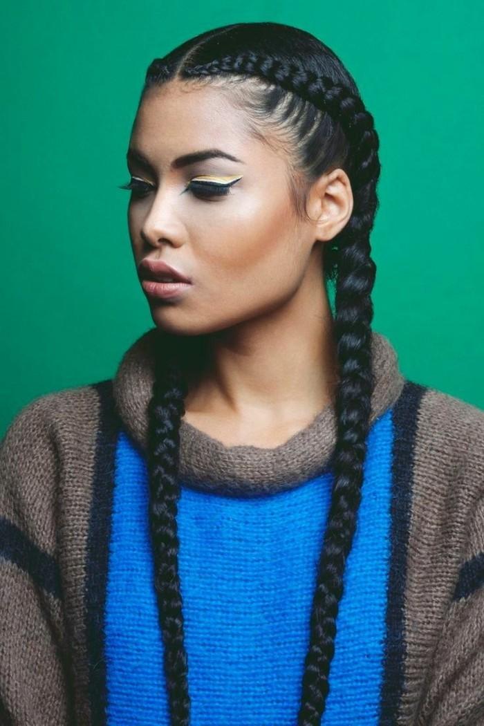 tresse-africaine-cheveux-longs-et-noirs-pull-over-en-bleu-et-beige