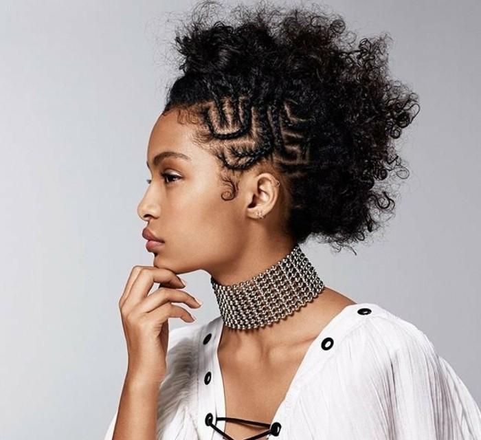 tresse-africaine-idée-coiffure-originale-bijoux-extravagants-chemise-blanche