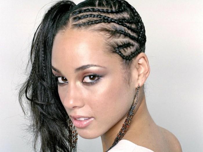tresse-africaine-sur-le-coté-alicia-keys-coiffure-originale-boucles-d'oreilles-longs