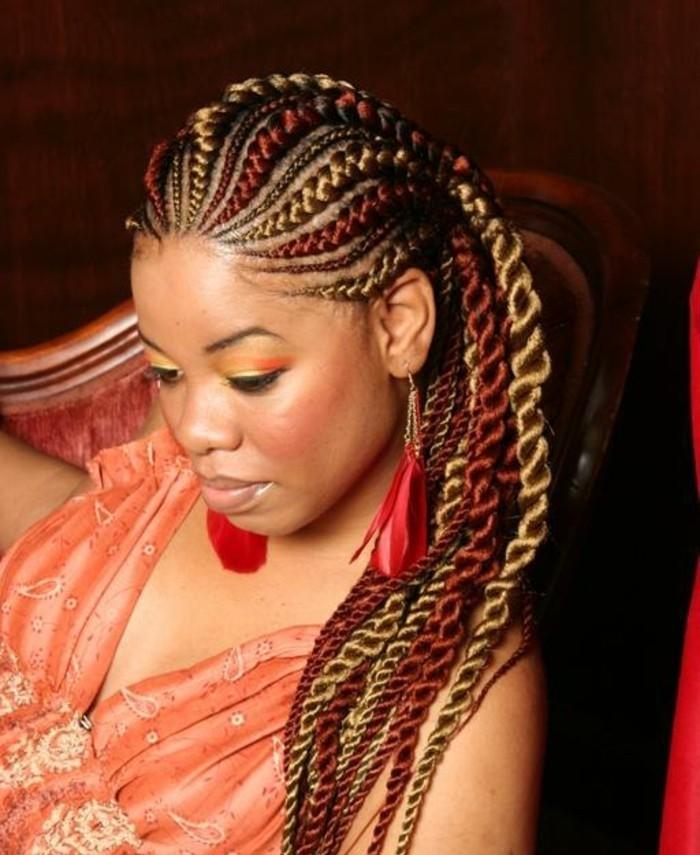 tresse-africaine-sur-le-coté-cheveux-bruns-avec-des-meches-rouges-et-cuivrés