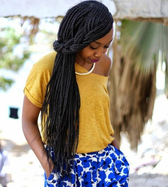 tresse-africaine-sur-le-coté-t-shirt-jaune-shorts-bleus-en-motifs-floraux