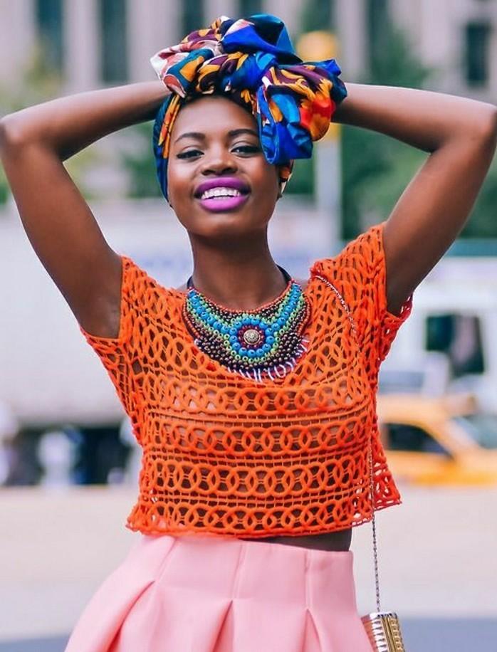 turban-femme-en-motifs-africains-bleu-orange-jupe-rose-t-shirt-orange-levres-violets