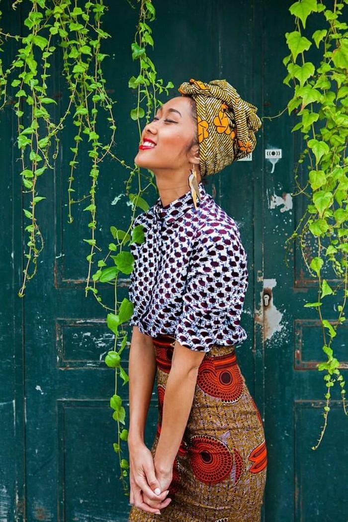 turban-femme-jaune-chemise-blanche-en-décoration-rouge-jupe-marron-ronds-rouges-motifs-ethniques