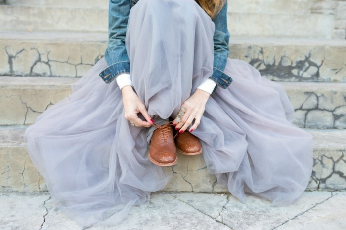 tutu-femme-bleu-jupe-corolle-et-chaussures-en-cuir-beiges