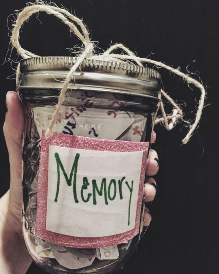 un-bocal-en-verre-rempli-de-toute-sorte-de-souvenirs-cadeau-pour-une-amie-a-fabriquer-soi-meme
