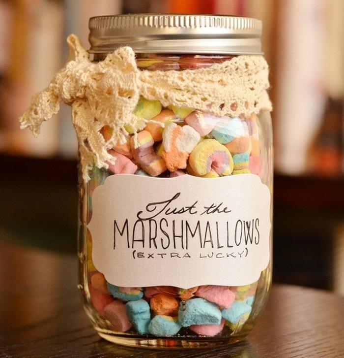 un-bocal-en-verre-remplie-de-bonbons-idée-cadeau-pour-sa-meilleure-amie-a-faire-soi-meme-suggestion-gourmande