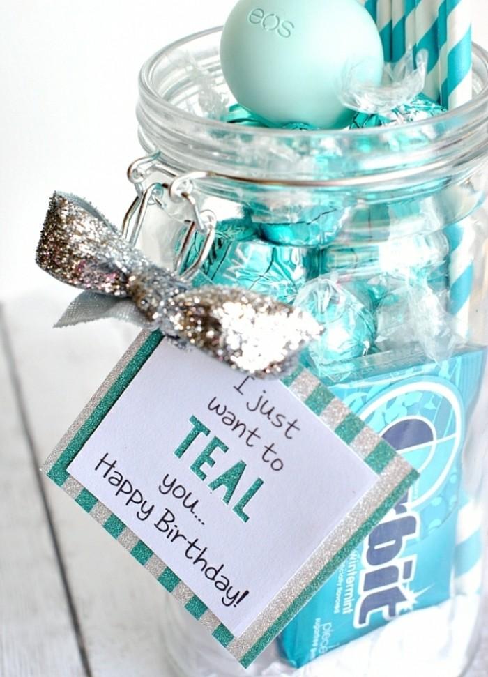un-pot-en-verre-rempli-de-sucreries-cadeau-a-fabriquer-pour-sa-meilleure-amie-soi-meme