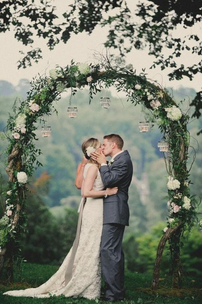 une-arche-mariage-verte-déco-suspensions-mariage-rustique