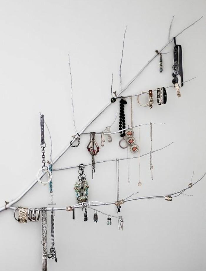 une-branche-d-arbre-transforme-en-un-presentoire-bijoux-diy-pour-vos-bracelets-boucles-d-oreilles-colliers
