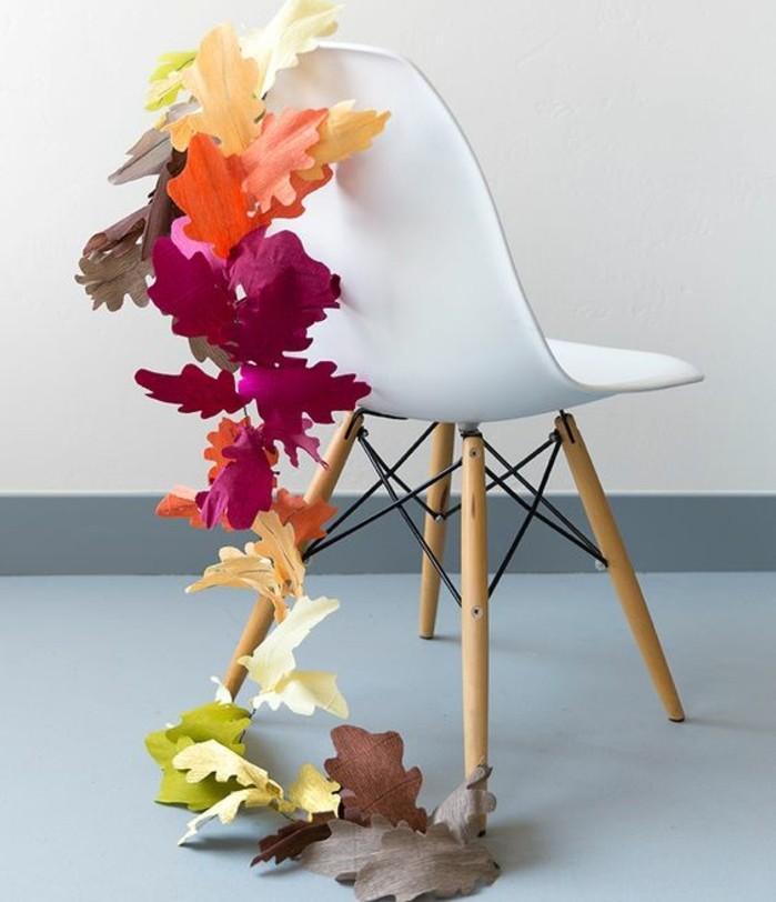 une-guirlande-en-papier-composee-de-feuilles-d-automne-en-papier-crepon-multivolores-decoration-automnale